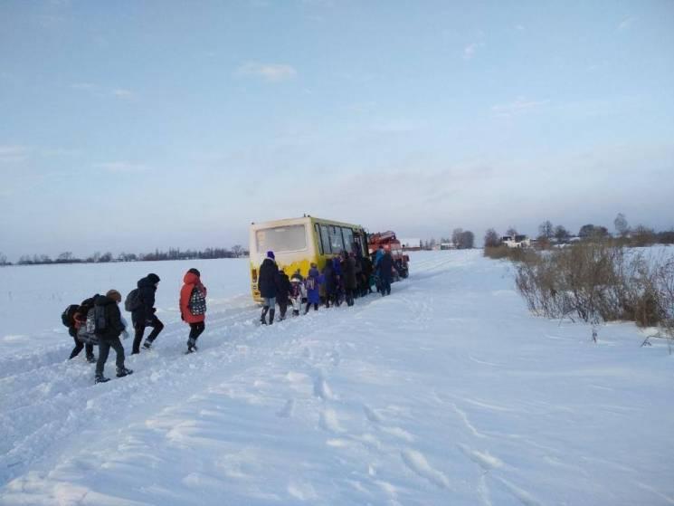На Полтавщині у Лубенському районі шкільний автобус застряг у сніговому заметі (ФОТО)