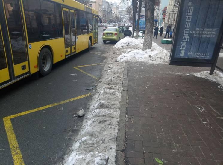 Київ суворий: Пасажири мають пройти випробування снігом, щоб зайти до автобусу (ФОТО)