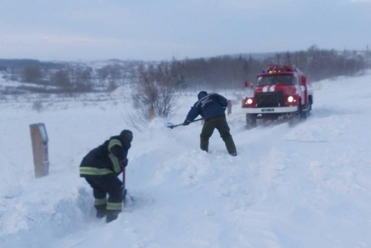 Закарпатские спасатели извлекли десять автомобилей, застрявших на дороге