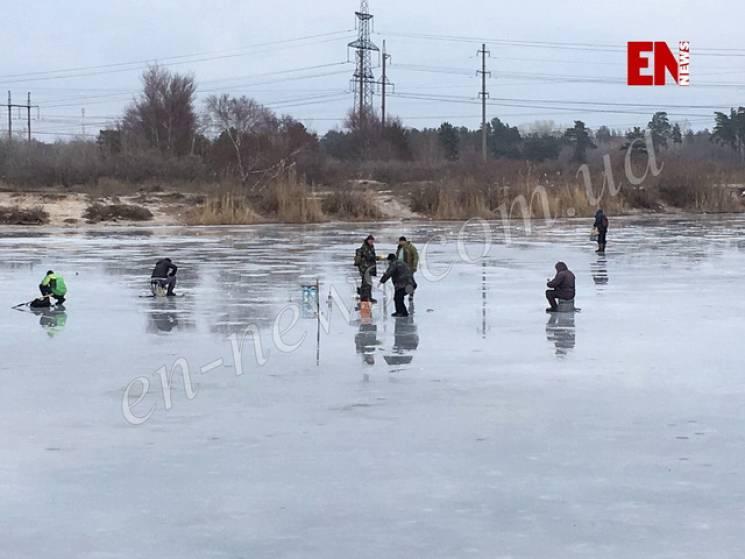 Запорізькі рибалки наражаються на небезпеку на тонкій кризі (ФОТО, ВІДЕО)