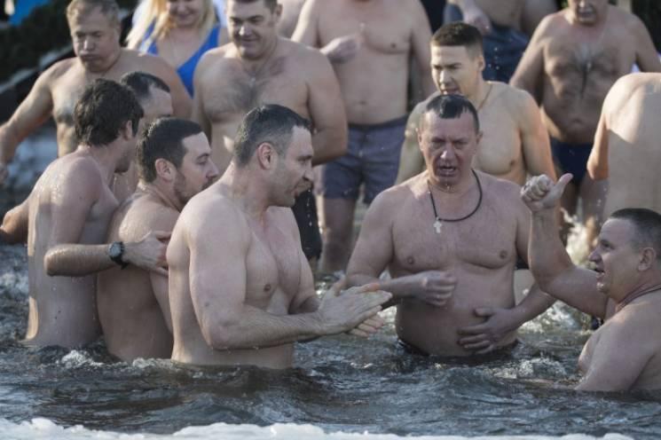 Мэр Кличко окунулся в Днепр вместе с 30 коллегами (ФОТО)