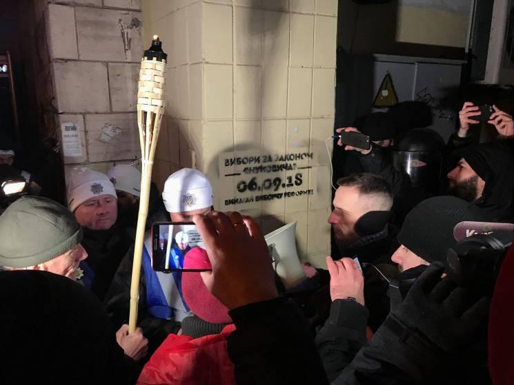 Полиция забрала гроб у националистов, который те несли Порошенко