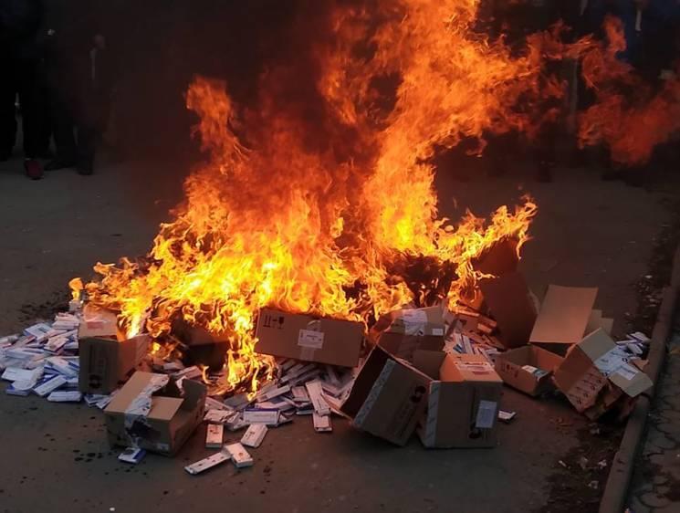 Активісти увірвались до запорізької аптеки, винесли на вулицю та спалили нарковмісні ліки (ФОТО)