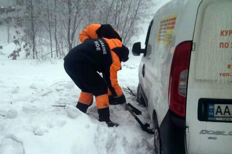 На Дніпропетровщині автомобілі злітають з дороги наслизьких автошляхах (ВІДЕО)