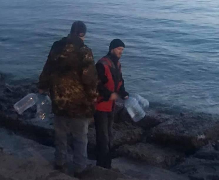 Мешканці зневодненого аварією Бердянська масово рушили за водою до моря (ФОТО)