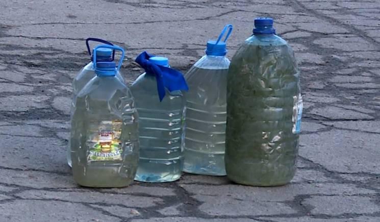 Водний колапс: У Бердянську мешканці беруть воду з батарей опалення