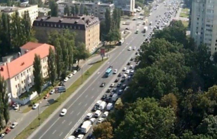 Столичні водії застрягли у величезному заторі на проспекті Перемоги (ВІДЕО)