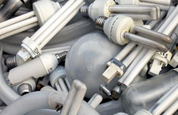 На автотрасі під Вінницею лежать 3000 ртутних ламп