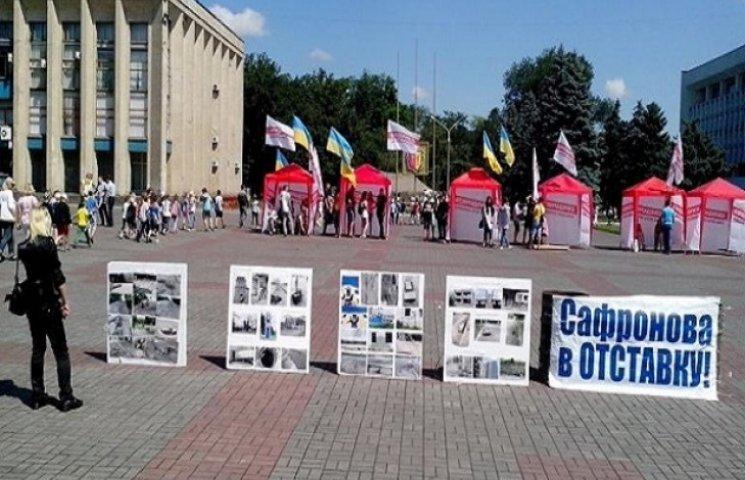 Дніпродзержинський майдан протримався першу ніч і поповнився політагітацією (ФОТО)