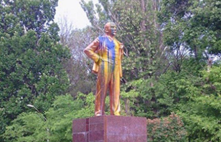 На курорті в Запорізькій області Ленін з розбитою головою лякає туристів (ФОТО)