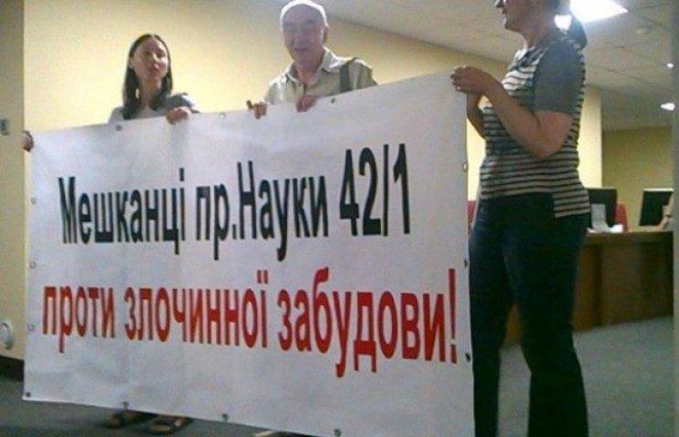Під мерією нова хвиля протестів проти незаконних забудов у Києві (ФОТО)