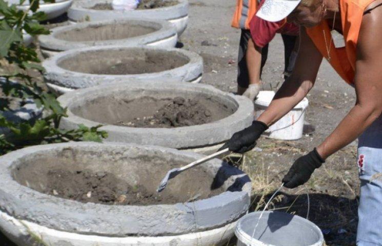 Атракціон небаченої щедрості: комунальники дарують вуличні вазони з доставкою додому (ФОТО)
