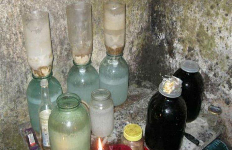 Житель Сумщини півроку продавав фарбований коньяк, який виробляв у себе в гаражі
