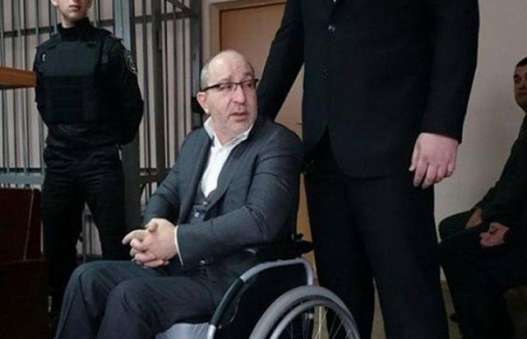 Активісти під судом вимагають відставки Кернеса та співають з міліцією