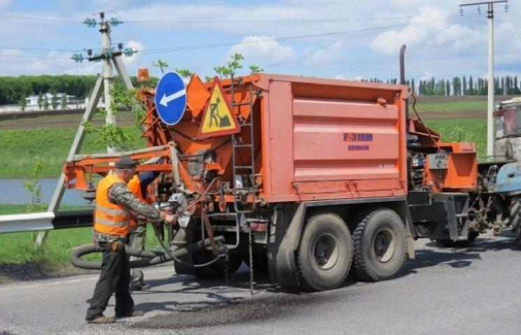 Автодорожники на Хмельниччині продовжують шукати ямки на дорогах