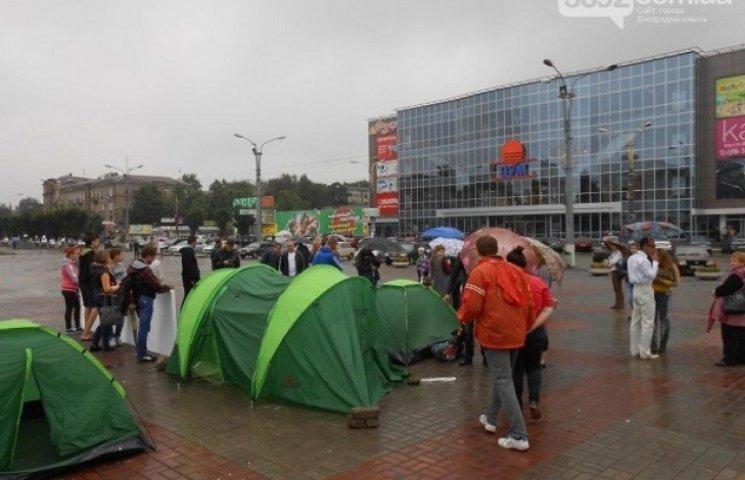 Учасники наметового майдану в Дніпродзержинську знищують газони за дозволом міської влади (ФОТО)