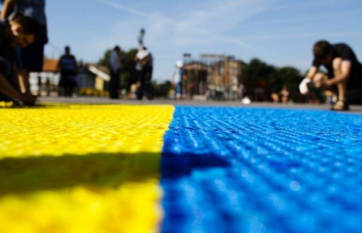 Є! В Ужгороді виклали прапор України з пластикових кришок (ФОТО)