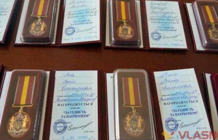 """Вінницьким волонтерам вручили медалі """"За гідність та патріотизм"""""""