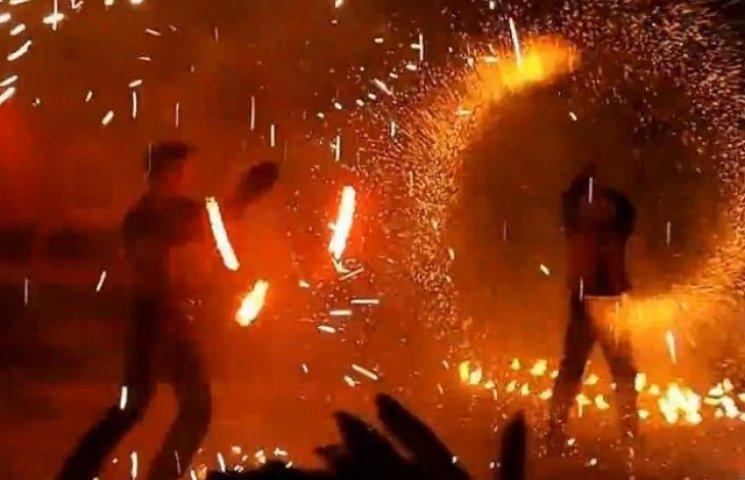 У центрі Ужгорода влаштували фестиваль вогню (ВІДЕО)