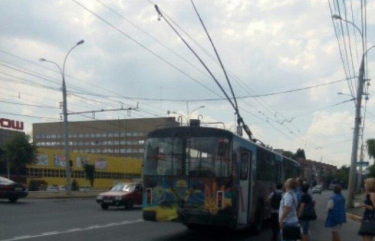 """У Вінниці тролейбус вибив собі заднє вікно """"рогами"""""""