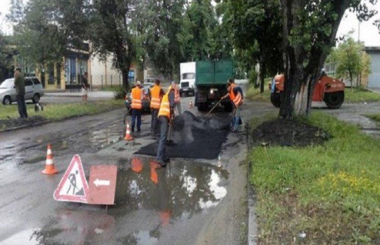 Нікопольські комунальники показали майстер-клас асфальтування калюж (ФОТО, ВІДЕО)
