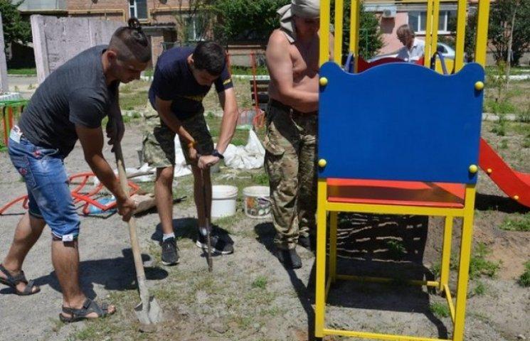 У Копилах на Полтавщині волонтери встановили дитячий майданчик