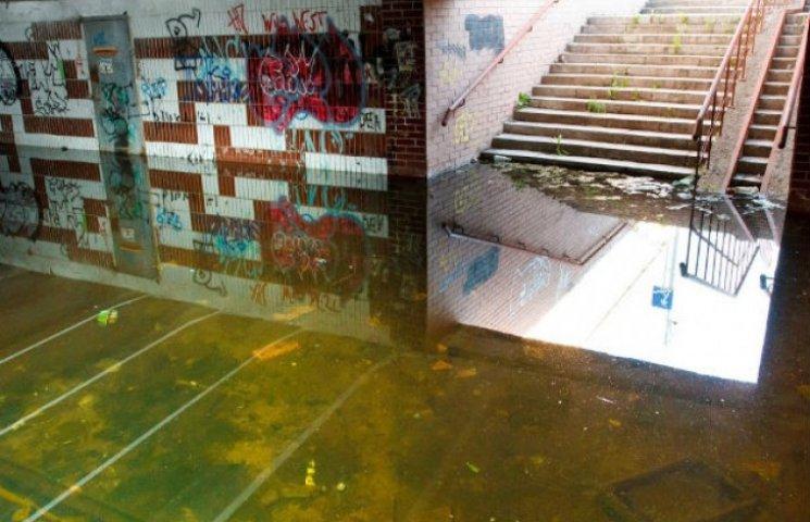 """Ні лодок, ні ремонту: Влада Сум оминає питання затопленої """"підземки"""" в центрі міста"""
