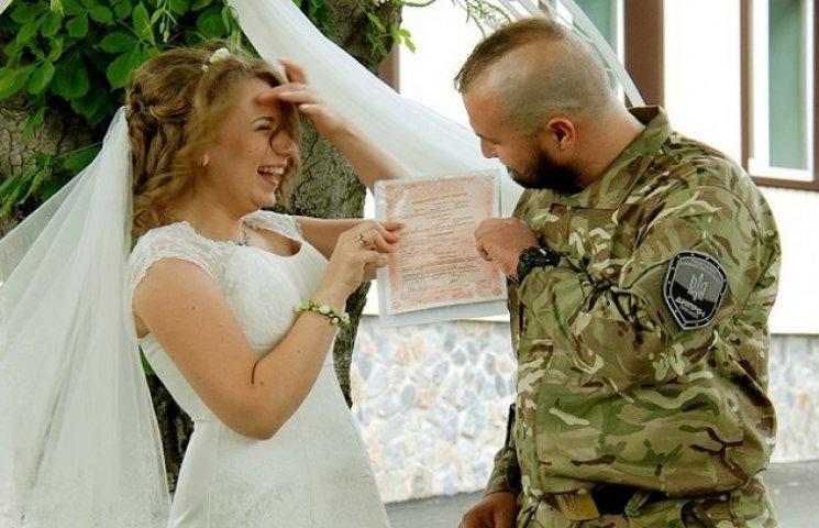"""У Дніпропетровську бійця полку """"Дніпро-1"""" одружили за день до відправки в АТО (ФОТО, ВІДЕО)"""
