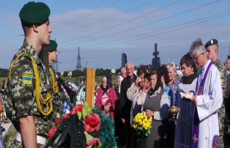 Прикордоники вшанували річницю загибелі побратима, відкривши меморіальний знак