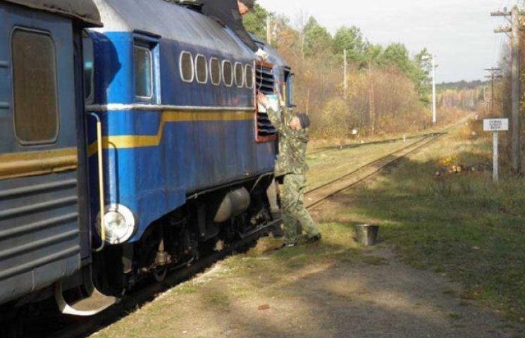 На Хмельниччині матері хлопців-контрактників перекрили залізничну колію