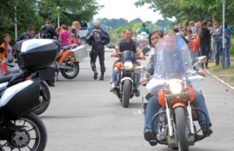 Вінницькі байкери зібрали дітям-сиротам три автівки подарунків