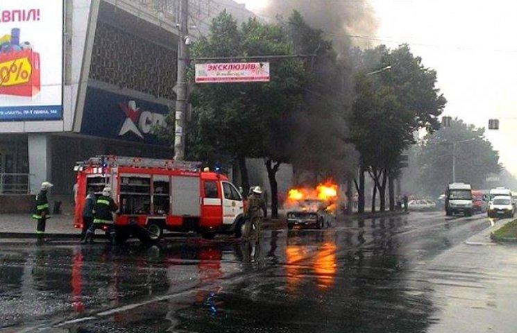 У центрі Запоріжжя загорілася машина, в якій знаходилась дитина (ФОТО)