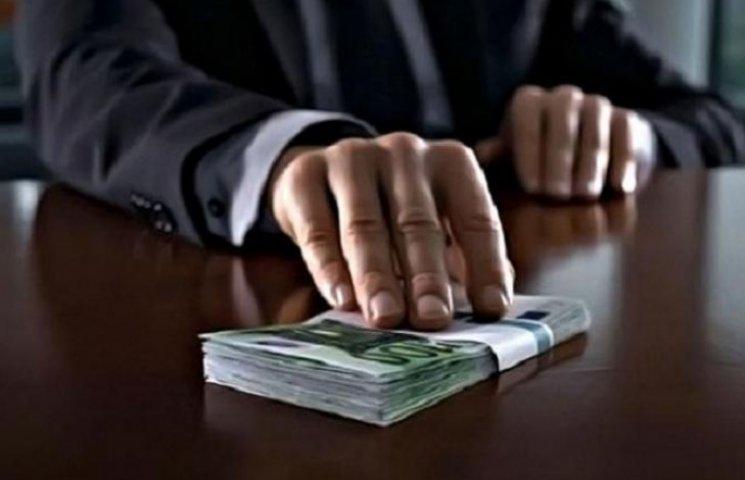 Посадовець роками платив зарплату дружині, яка працювала в іншій установі