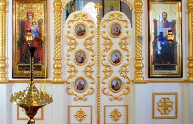 На Сумщині майстер вручну виготовив шикарний іконостас для церкви (ФОТОФАКТ)