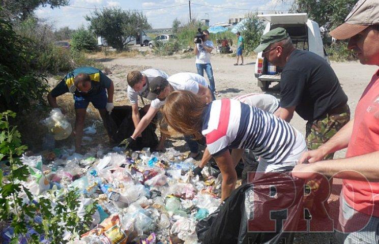 Сміття з пляжів Бердянська викинули під виконком (ФОТО)