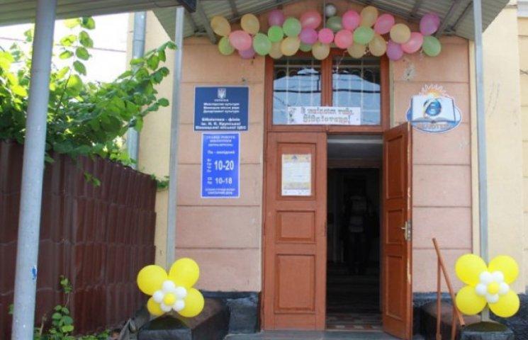 Одну з міських бібліотек Вінниці розмалюють кримсько-татарськими орнаментами