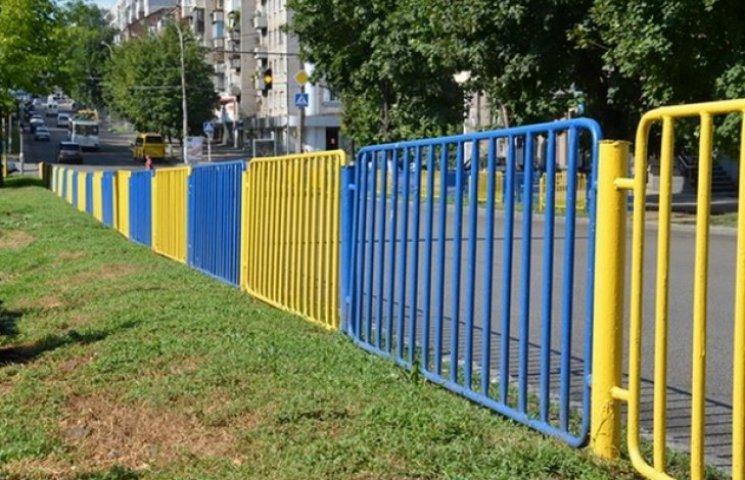 Дніпропетровські комунальники фарбують паркани тільки жовто-синім кольором (ФОТО)