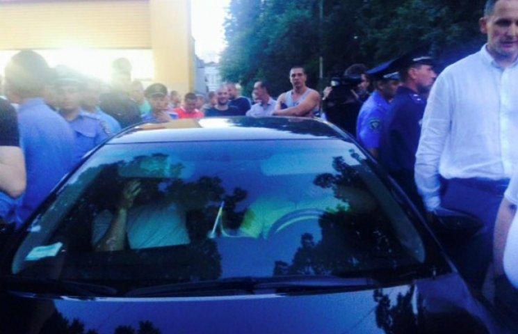 """Корбан заблокував в Чернігові машину конкурента і хоче там знайти """"гречку"""" (ФОТО, ВІДЕО)"""