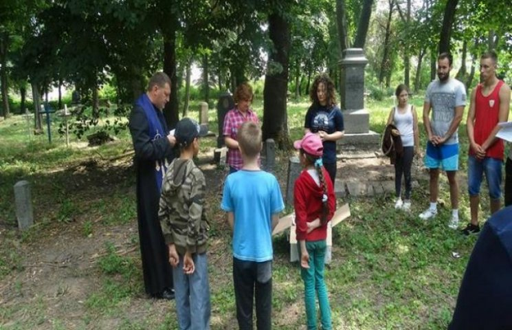 Два тижні юні поляки та українці прибирали могили прадідів