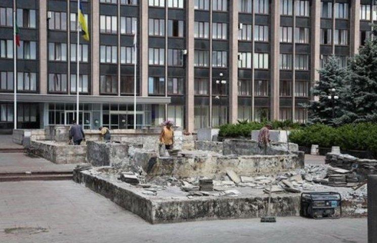 Під вікнами Вілкула-старшого вирішили закопати фонтан