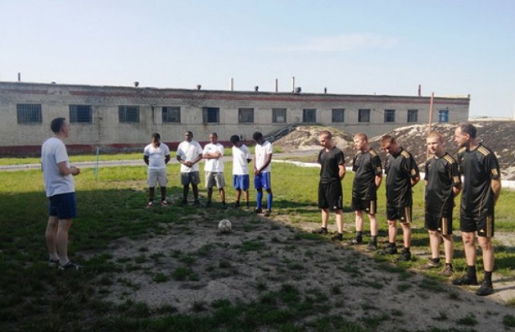 Засуджені сумського СІЗО зіграли у футбол з нігерійськими студентами