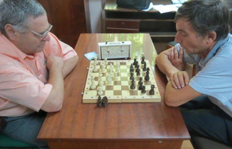 Інваліди праці змагалися у рукоборстві, шахах і бомбаскеті