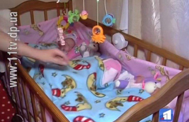 Унікальні трійнята з Дніпропетровщини туляться в одному ліжечку: інші ніде поставити
