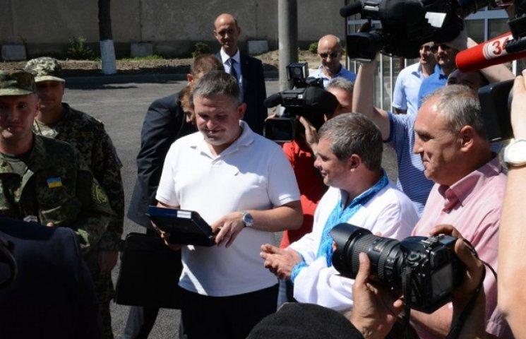 """Аваков подарував """"друзям"""" полку """"Дніпро-1"""" зброю"""