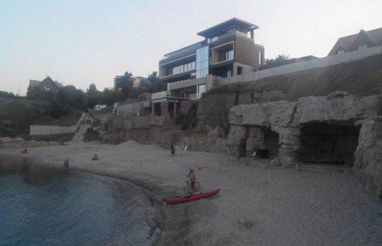 """Одеситам, хоч і поступово, але повертають """"приватний"""" пляж екс-нардепа Хмельницького"""