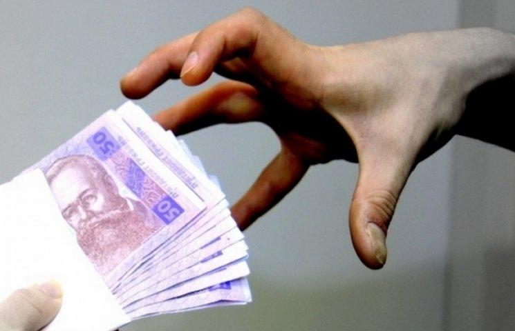 Липкого на руку податківця взяли на хабарі у 10 тисяч