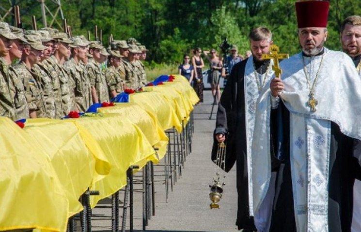 У Дніпропетровську поховали ще 16 невпізнаних бійців: 4 тіла привезли з Харкова