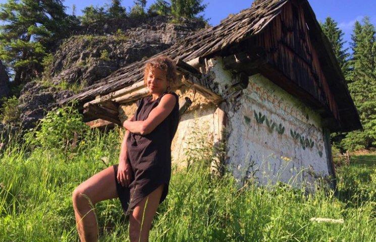 Як Руслана на кордоні з Румунією ногами хизувалася