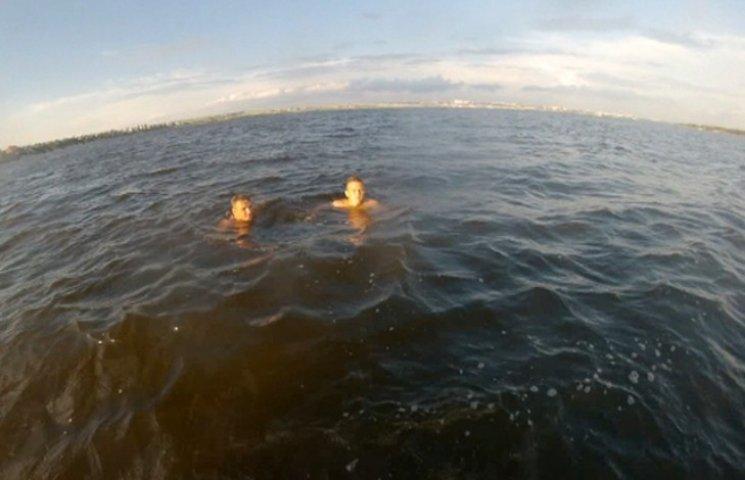 У Миколаєві довелося рятувати двох парубків, що хотіли перепливти Південний Буг