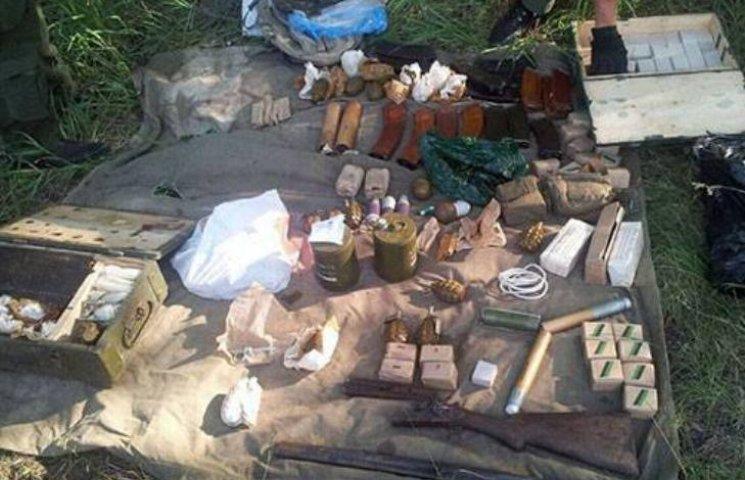 На Харківщині в лісі знайшли величезний арсенал зброї та боєприпасів